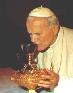 Jean-Paul II embrassant le Saint Calice